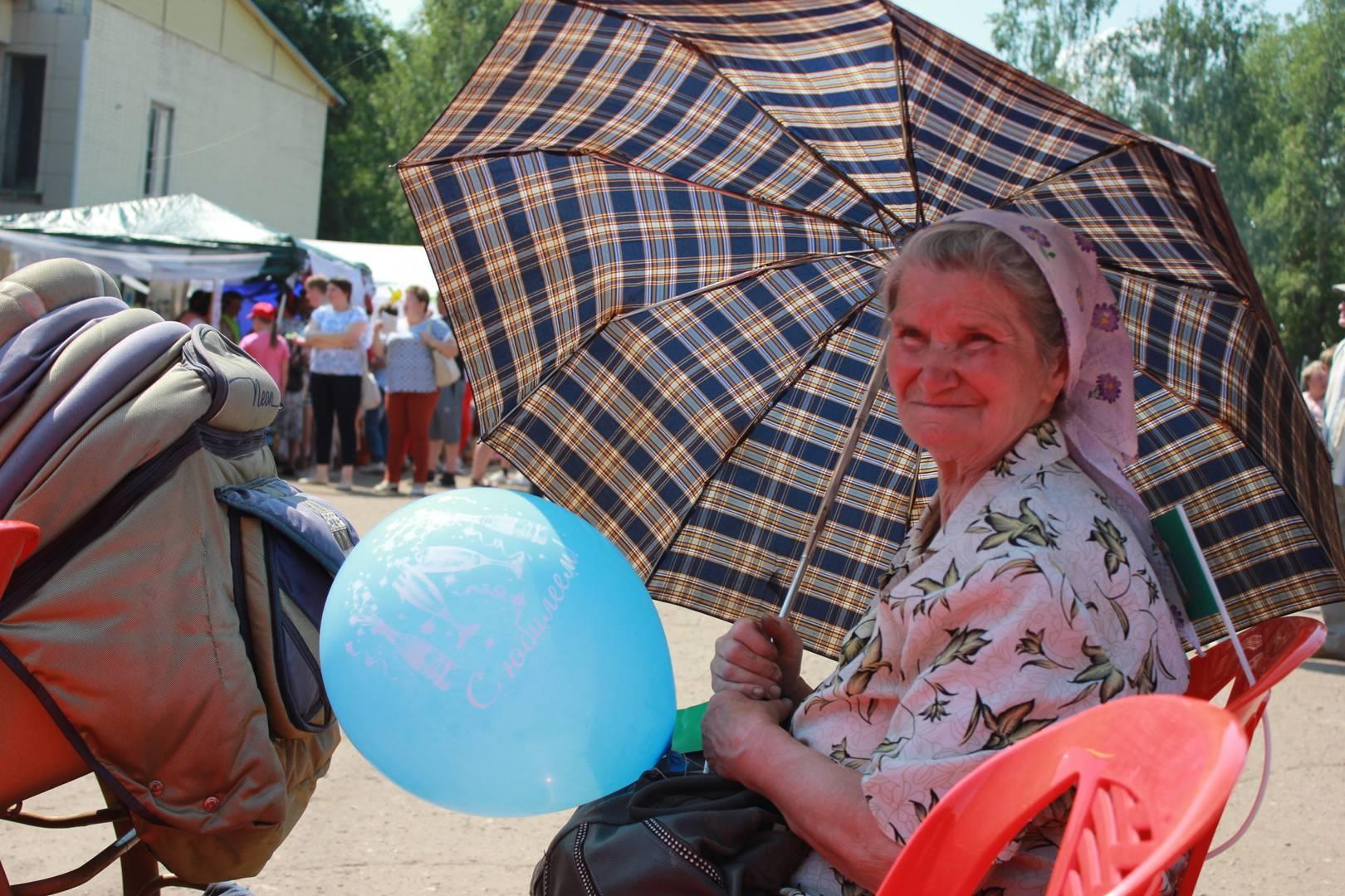 Жительница поселения смотрит праздничный концерт