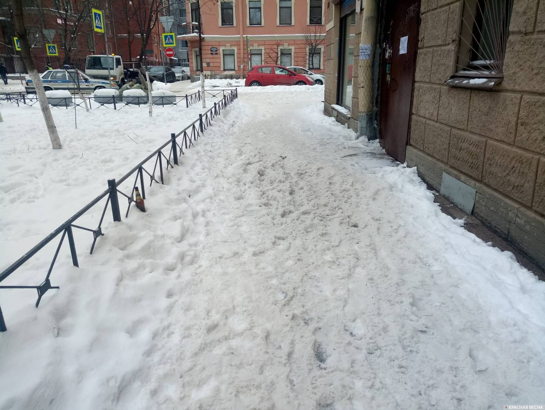 Санкт-Петербург. Певческий переулок. Снег и наледь на тротуаре