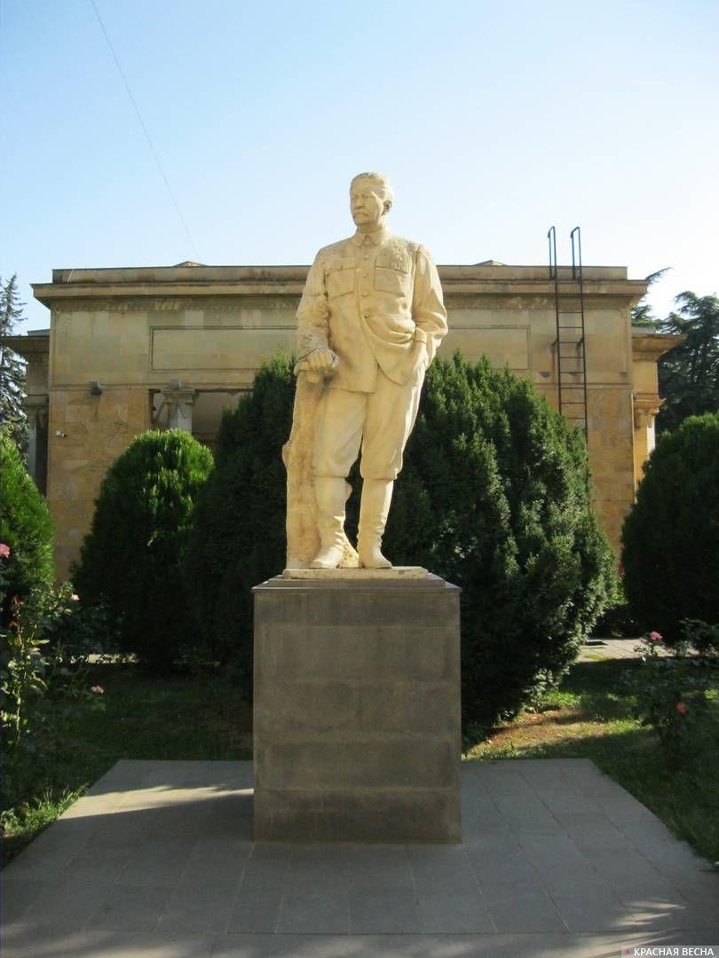 Памятник Сталину во дворе музея