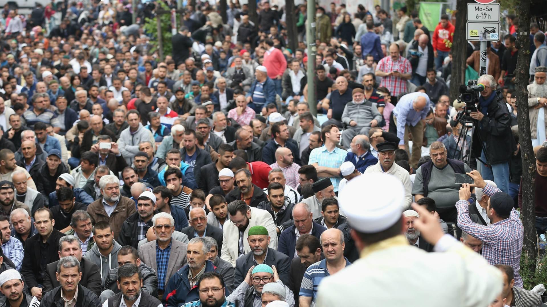 Мусульмане в Берлине протестуют против насилия «Исламского государства»* в Сирии и Ираке, 2014 (Фото: Sean Gallup/Getty Images)