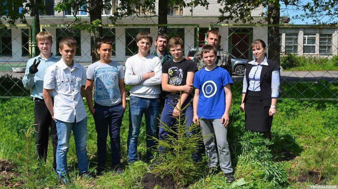 Ушакинская школа № 2, посадка деревьев. Фото из школьного альбома.