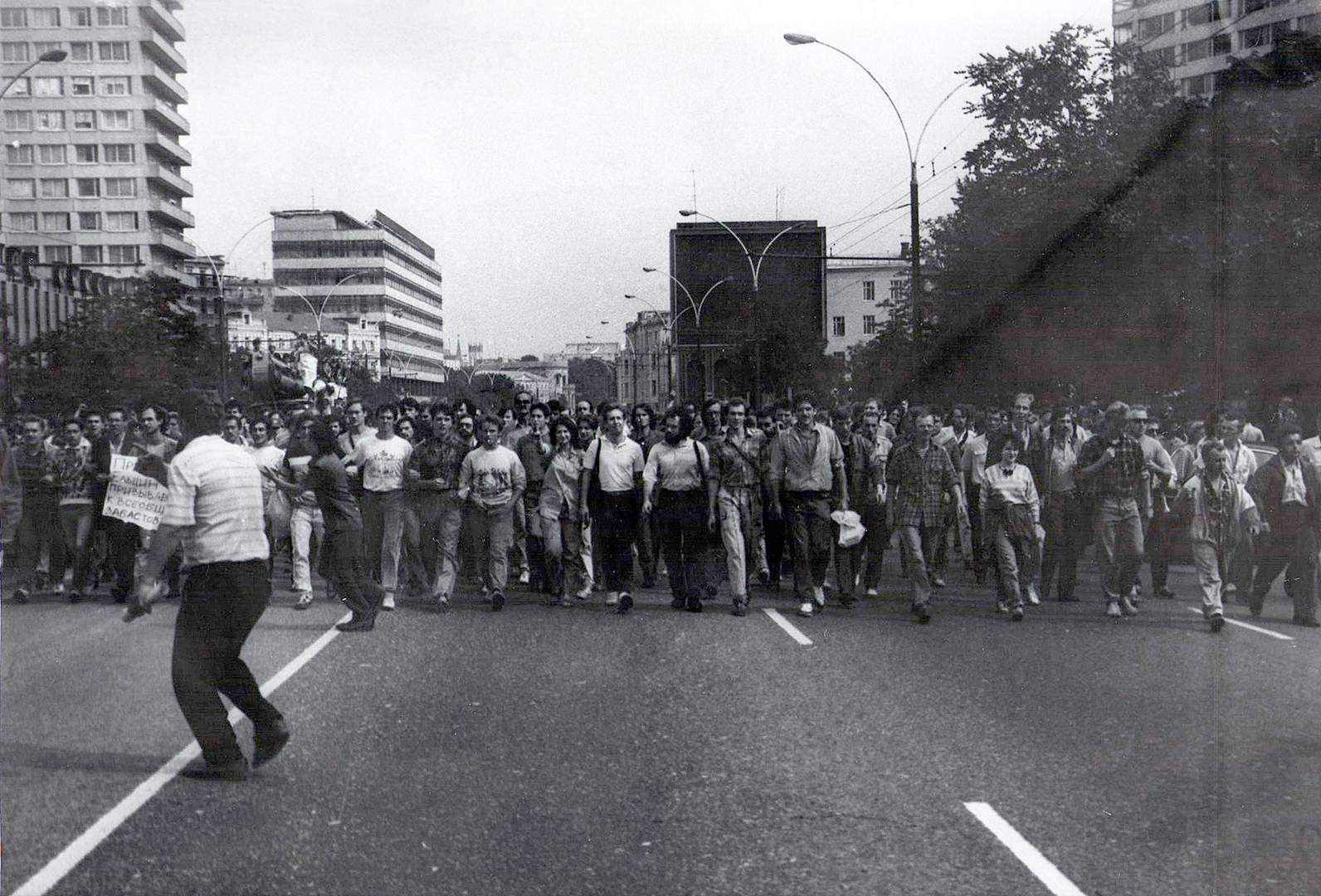 Москва, проспект Калинина. Марш от Кремля к Дому Советов. 19 августа 1991 года (Фото — Иван Симочкин)