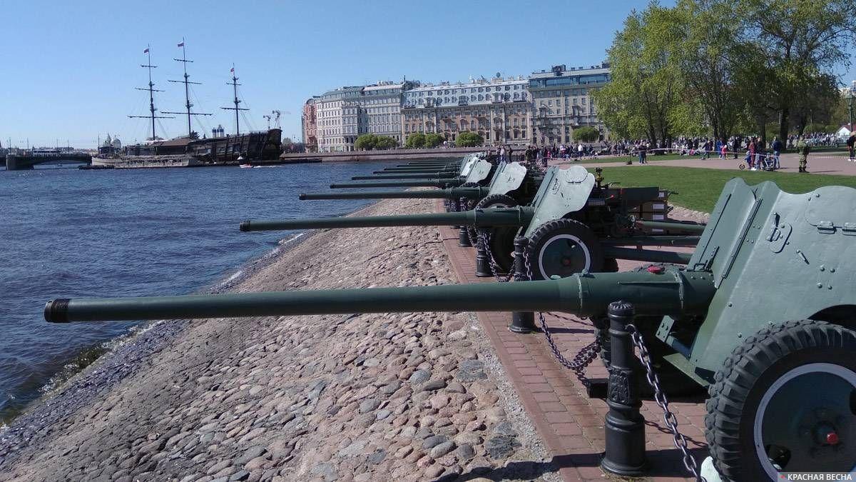 Санкт-Петербург. Орудия у Петропавловской крепости готовы к праздничному салюту