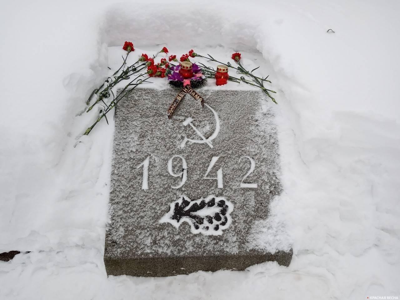 Памятный камень с указанием года захоронения гражданского населения в братской могиле. Пискаревское мемориальное кладбище, Санкт-Петербург