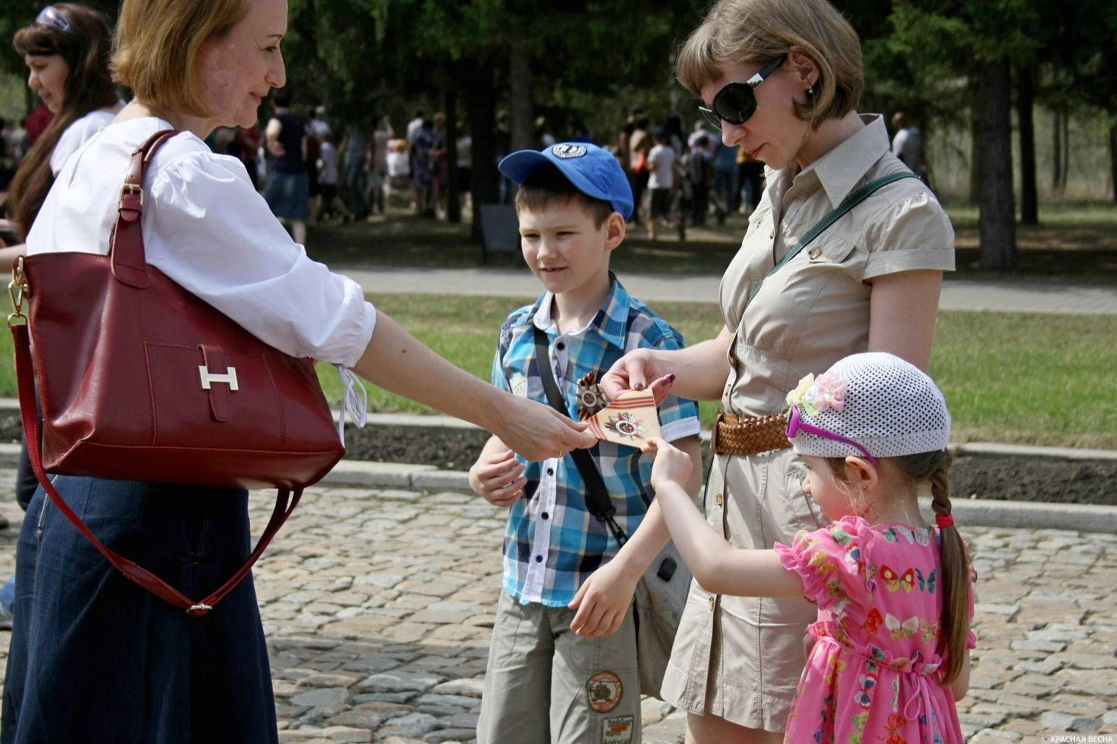 Активистка «Сути времени» раздает «Письма с фронта». Омск