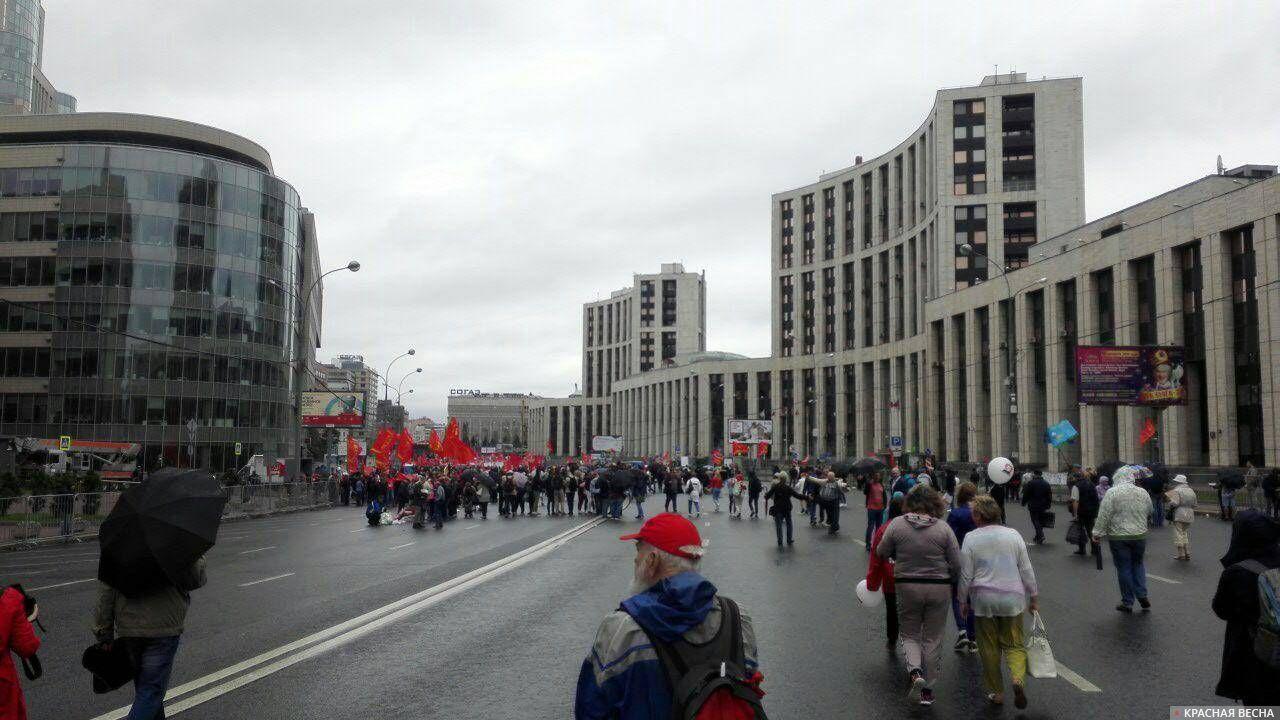 На митинг собирается народ