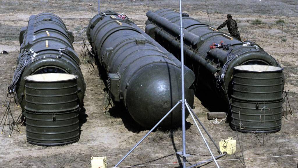 Связка из трёх ракет РСД-10, подготовленных к уничтожению. Испытательный полигон Капустин Яр. Россия , Астраханская область. 1988 г.