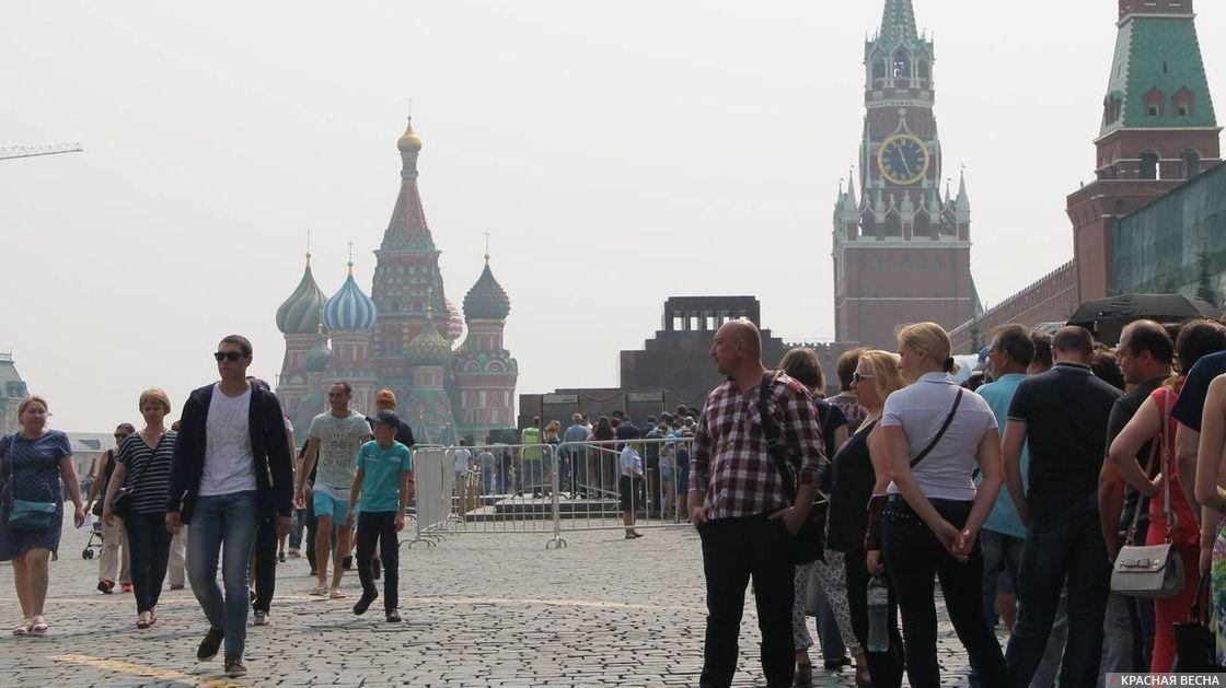 Москва. Красная площадь. Очередь в Мавзолей Ленина