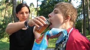 Волонтёр Эвелин помогает кушать девочке