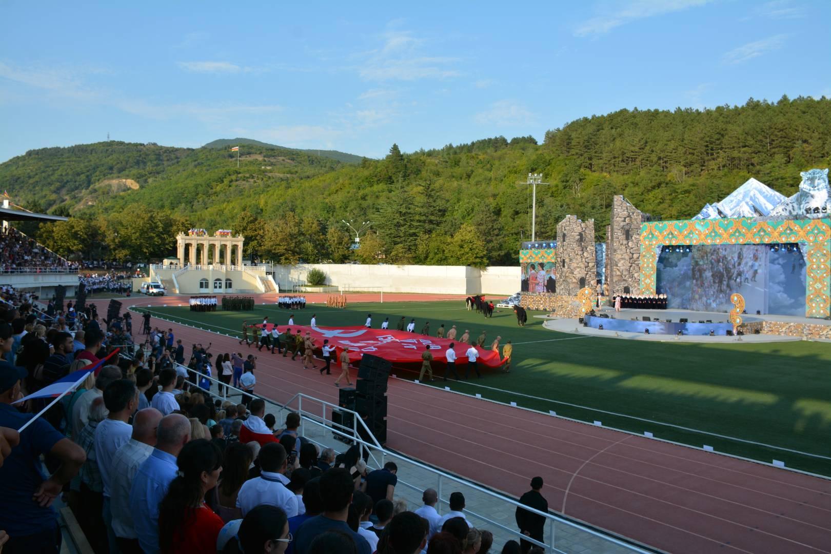 Праздничное представление на стадионе в Цхинвале