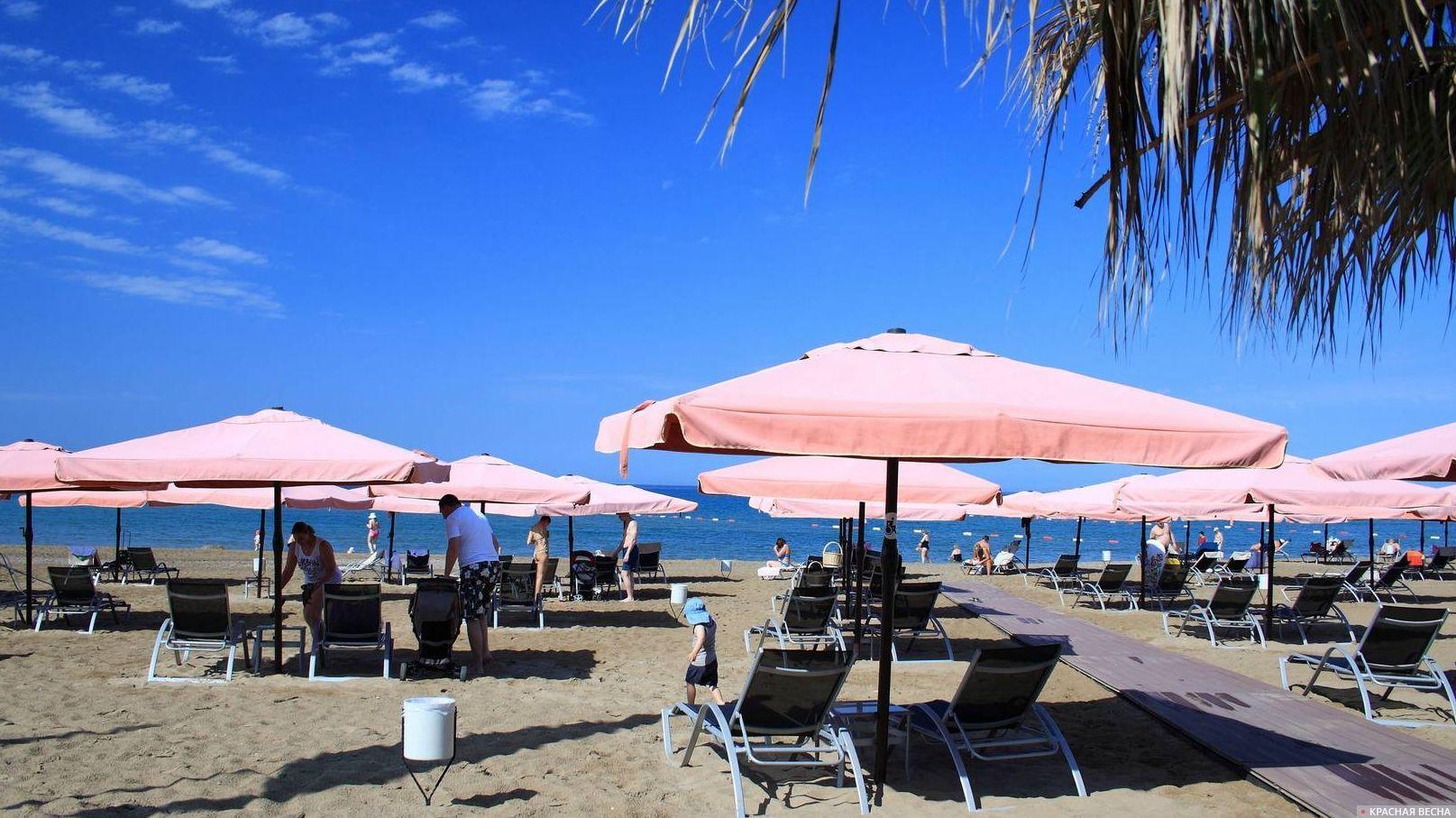 Шезлонги на пляже. Турция