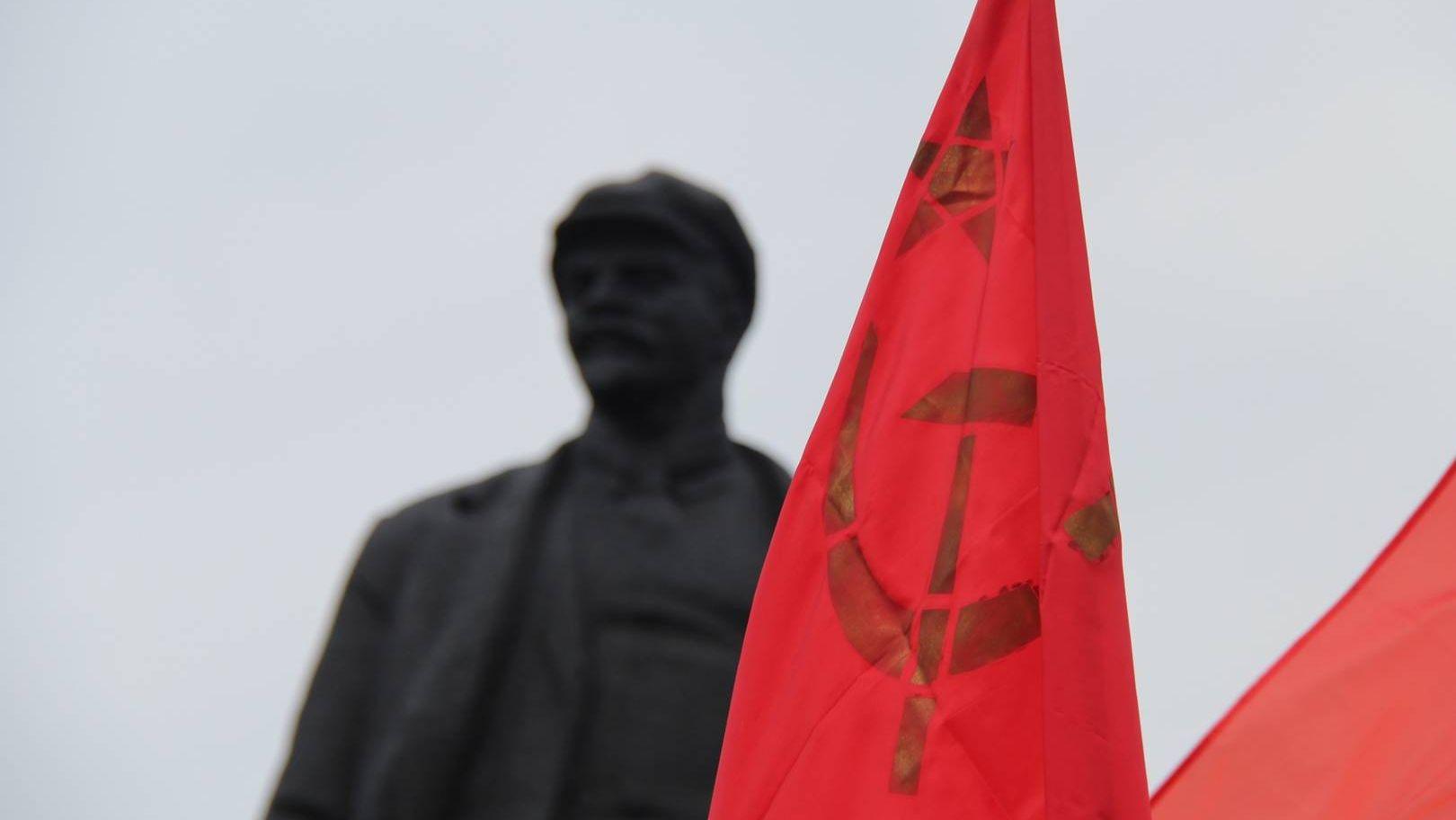 Ленин. Красный флаг. Донецк. ДНР. 2016.