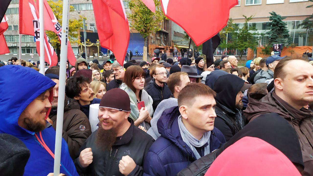 Красные флаги на митинге либертарианской партии