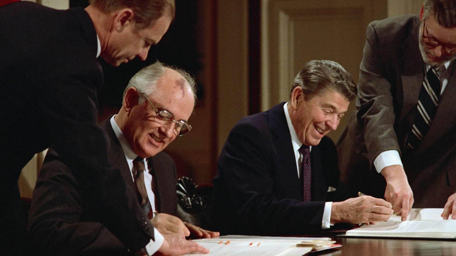 Михаил Горбачев и Рональд Рейган подписывают договор РСМД. 1987