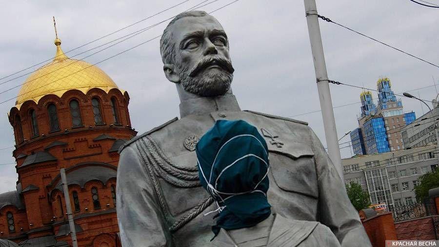 Поврежденный памятник Николаю II в Новосибирске