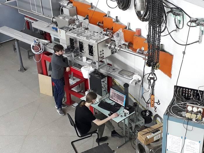 Студенты работают на учебной станции (бункер СИ ВЭПП-4)