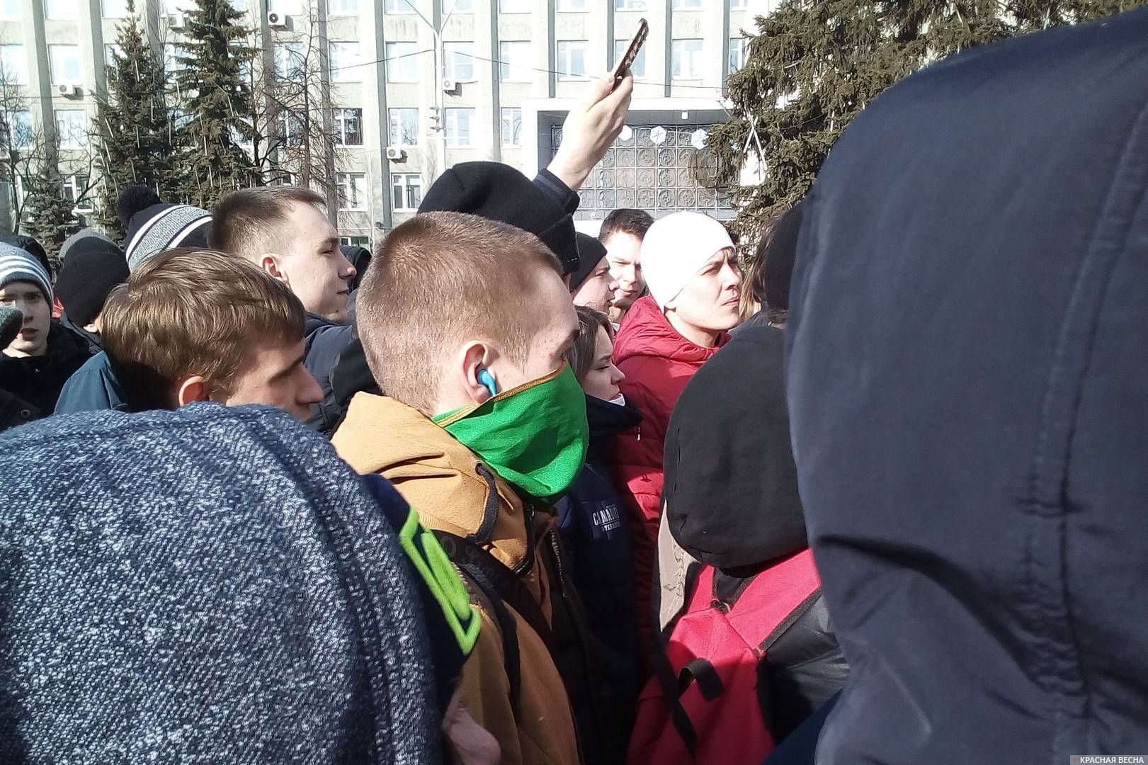 Парень с закрытым лицом. Стихийный митинг в Кемерово, 27.03.2018