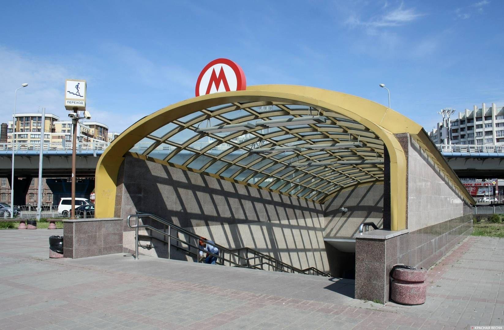 Подземный переход, вход в будущую станцию метро