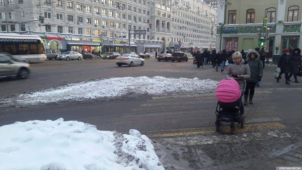 Сугроб на проезжей части и на пешеходном переходе.  Москва, станция метро Красносельская.