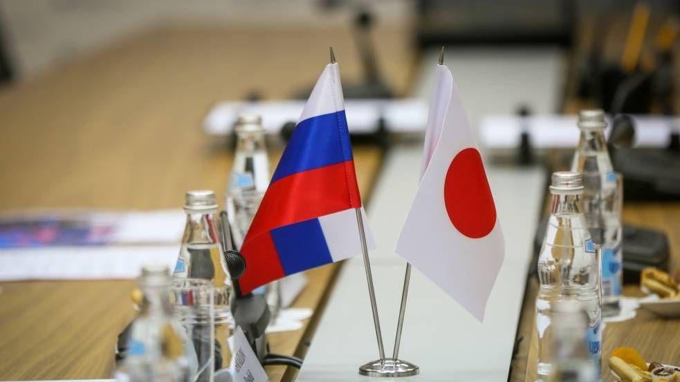 Национальные флаги Японии и Российской Федерации