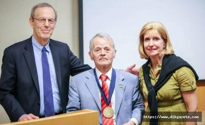 Карл Гершман и Пола Добрянски вручают Мустафе Джемилеву награду за вклад в продвижение демократии. Май 2018 года
