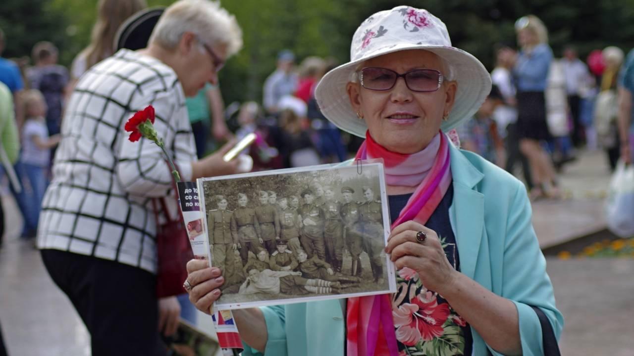 Тольятти, Самарская область. Дочь участника войны Туктарова Яхии Закировича с фотографией отца и его фронтовых друзей