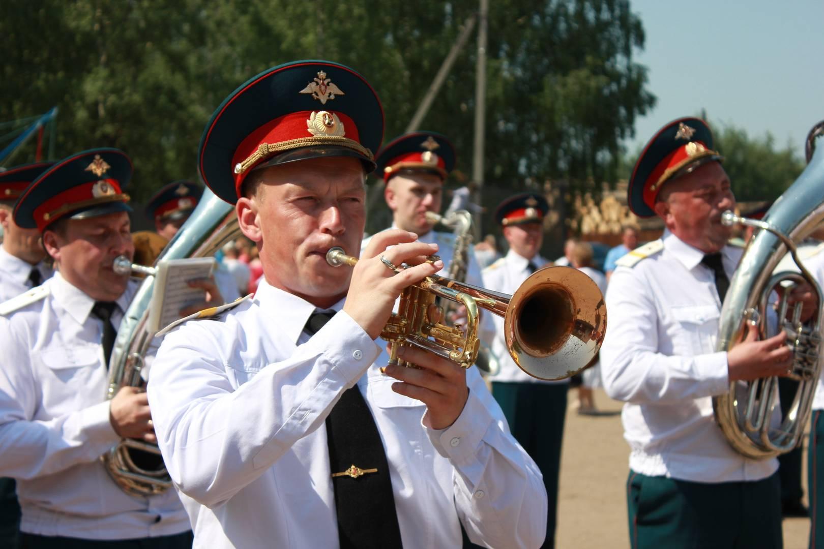 Музыканты военного оркестра исполняют знаменитые композиции