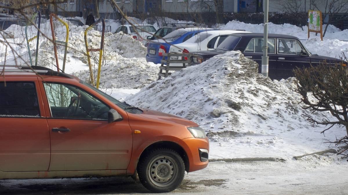 Снежные сугробы на дворовых газонах. Тольятти. 12.02.2018