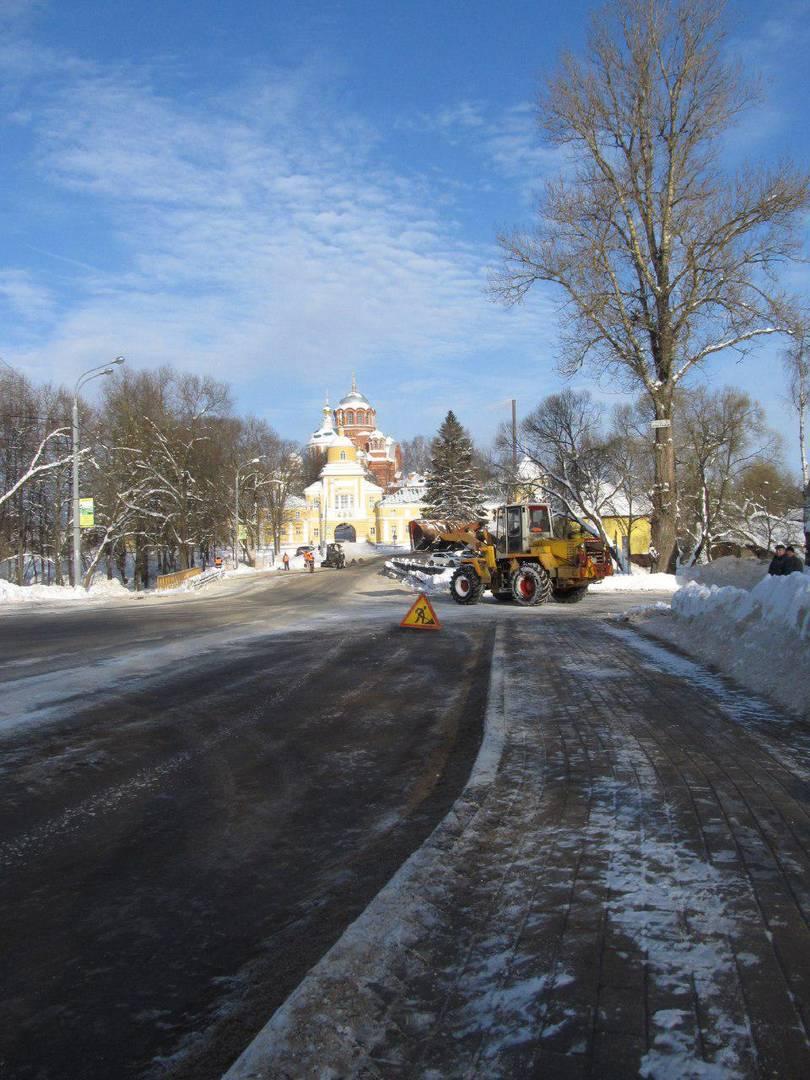 Уборка снега возле Хотьковского монастыря