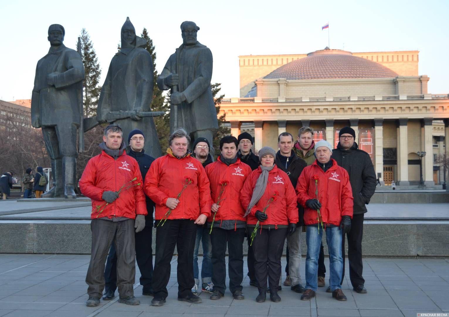 Возложение цветов к памятнику Ленину в Новосибирске