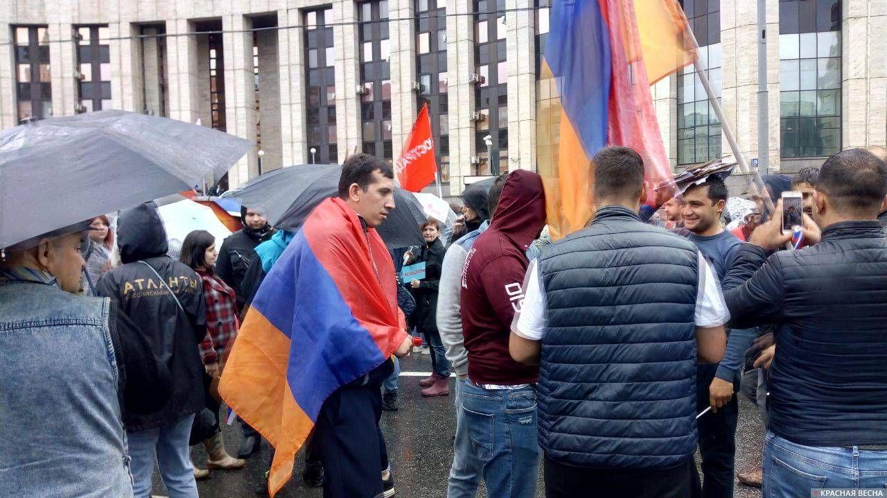 Сторонники Пашиняна на проспекте Сахарова.