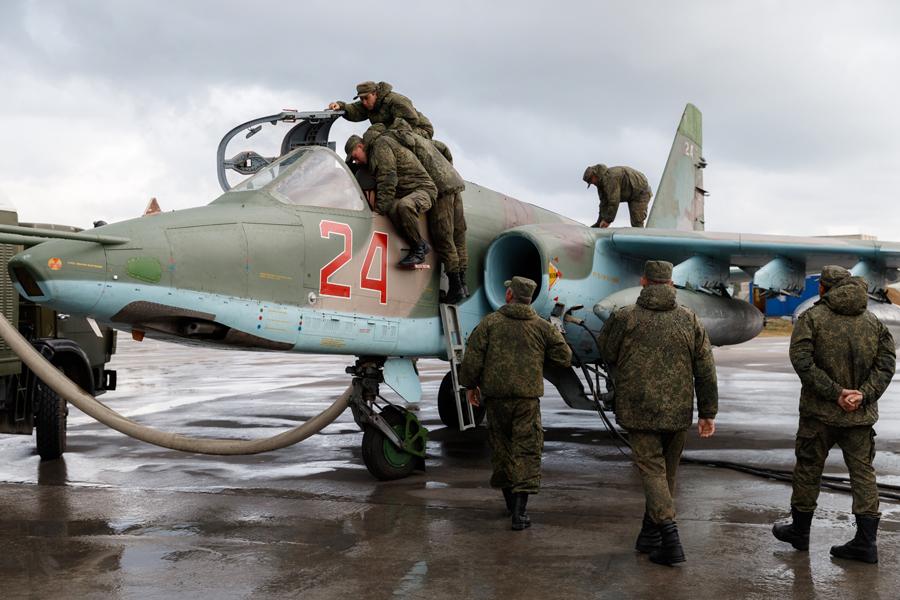 Подготовка экипажей Су-25 к вылету с авиабазы Хмеймим [© МО РФ]