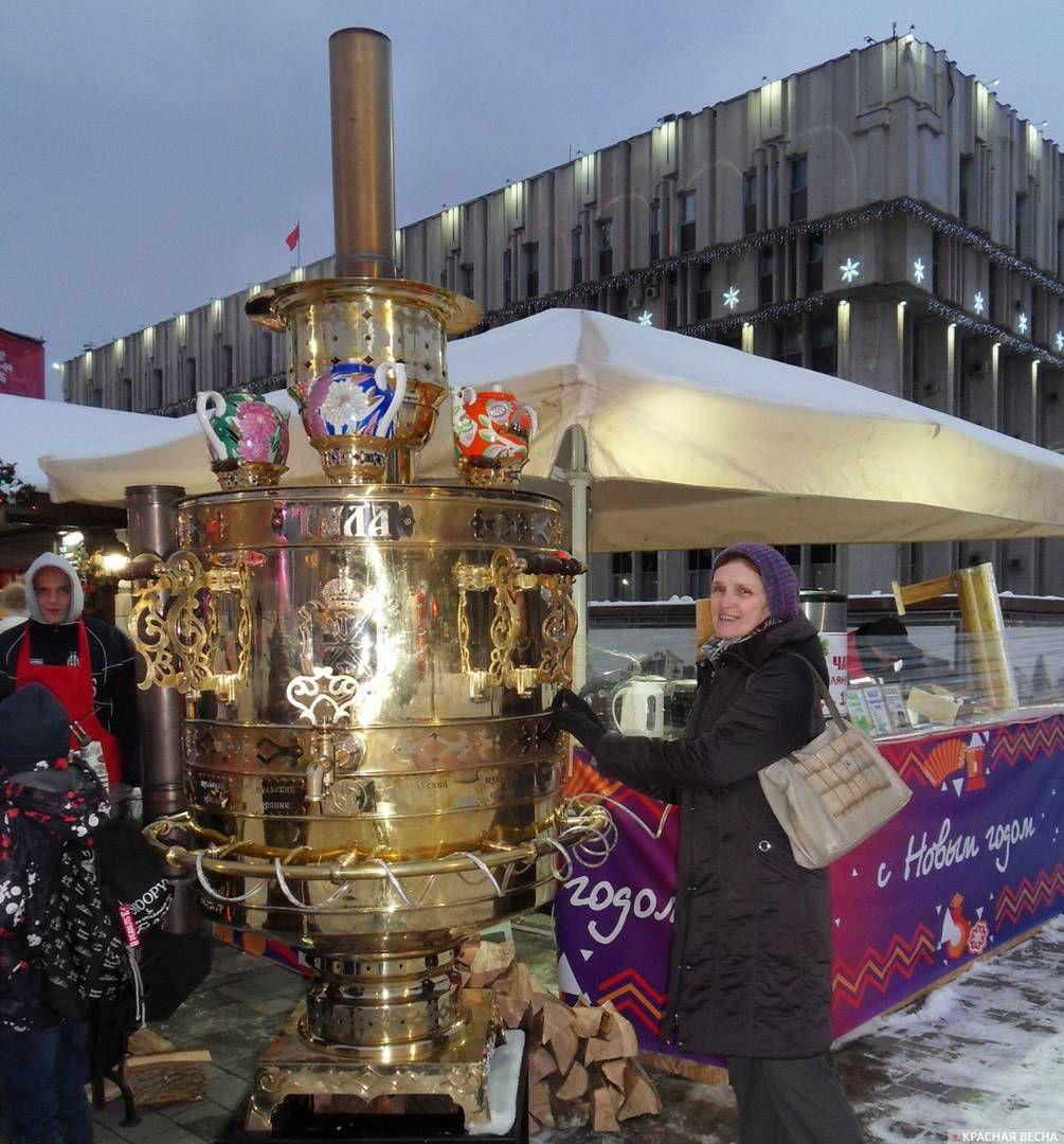 У самовара на площади Ленина