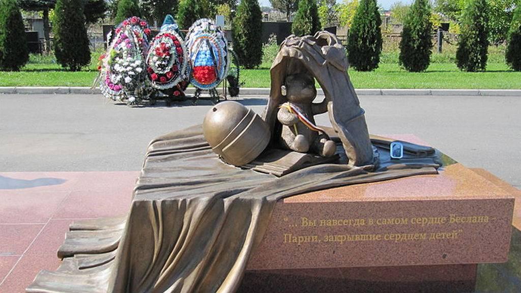 Мемориальное кладбище «Город ангелов» в Беслане. Памятник бойцам спецназа, погибшим при штурме бесланской школы № 1