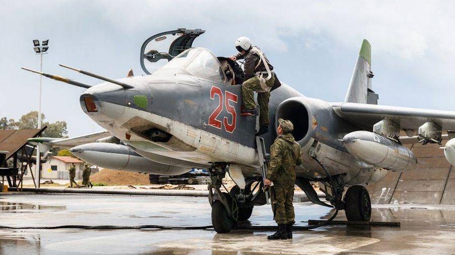 Подготовка экипажей Су-25 к вылету с авиабазы Хмеймим