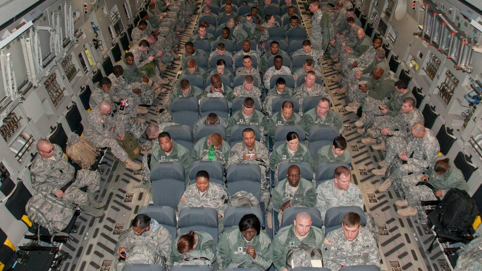 Американские солдаты в самолёте