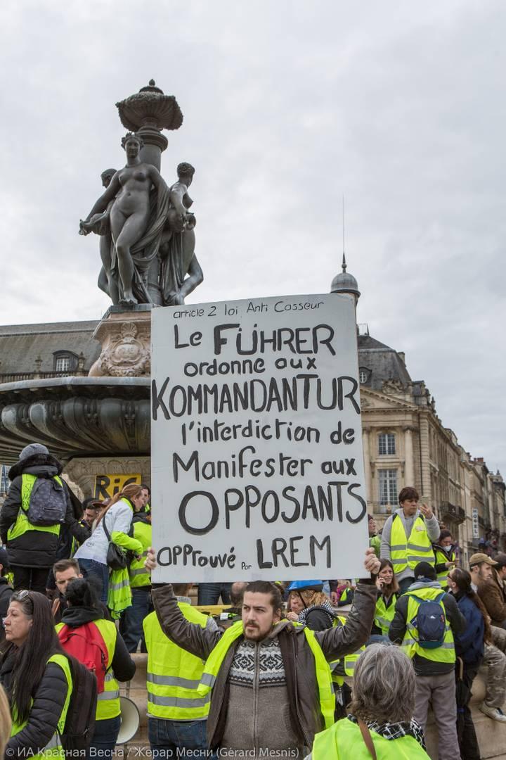 Надпись на плакате: «Фюрер приказал своей комендатуре запретить оппозиционные манифестации. Подтверждено LREM (имеется в виду партия «La République En Marche», в переводе на русский – «Вперед, Республика!» - партия действующего президента Эмманюэля Макрона – прим.)»