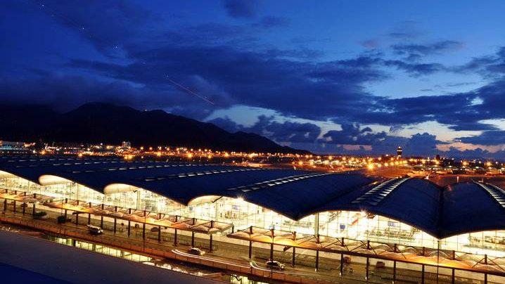 Международный аэропорт Гонконг в ночное время суток