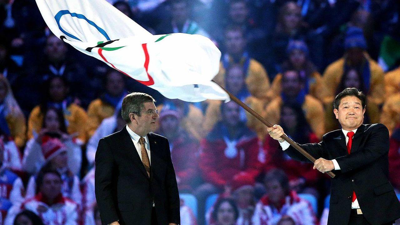 Передача олимпийского флага Южной Корее на закрытии Олимпиады в Сочи