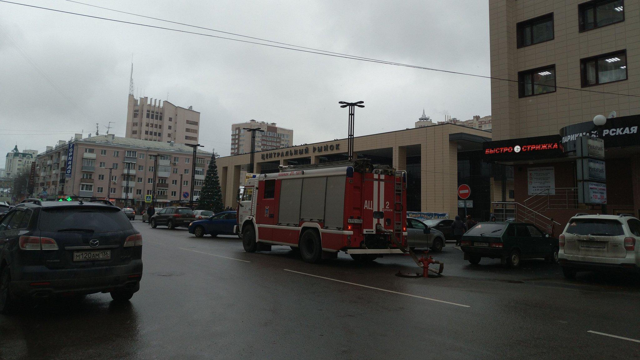 Машина пожарной службы у здания Центрального рынка города Воронеж, 21.12.2017