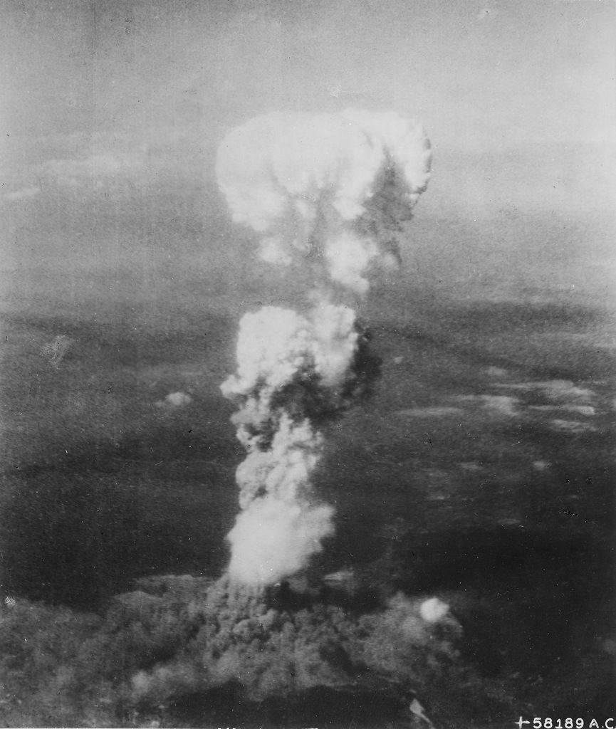 Растущий ядерный «гриб» над Хиросимой вскоре после 8:15, 6 августа 1945.
