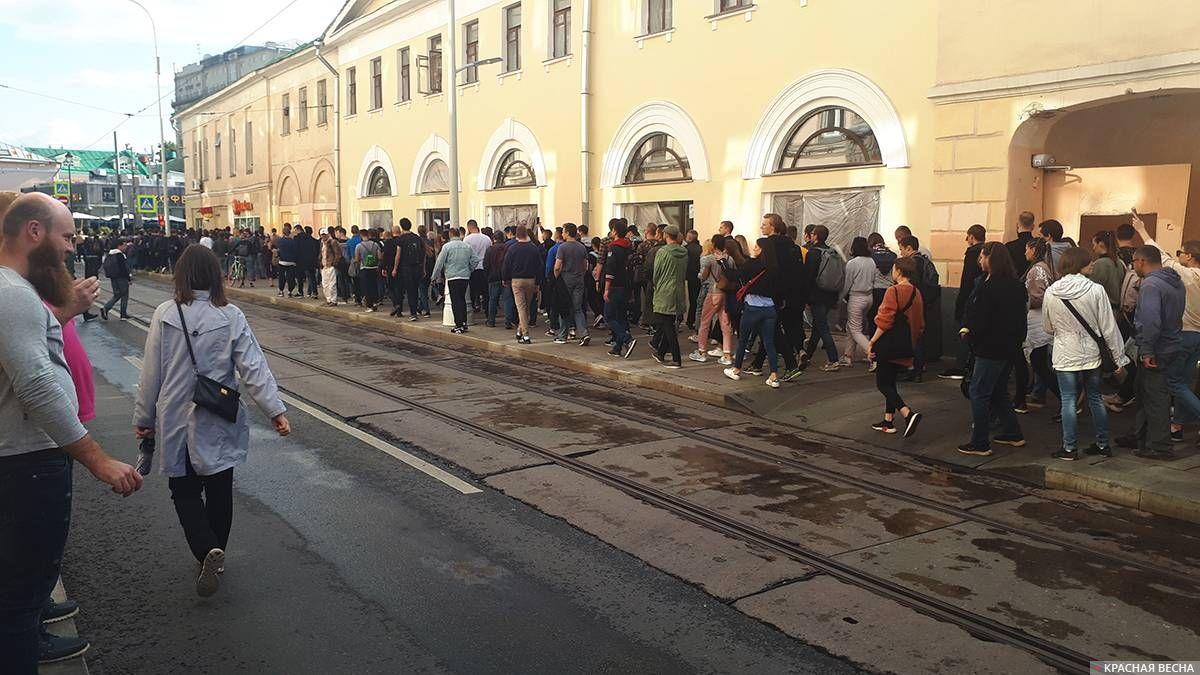 Толпа близ Покровских ворот