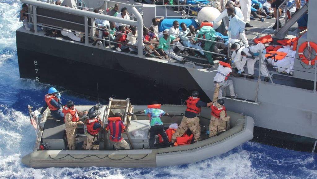 Перемещение спасенных мигрантов на патрульное судно Мальты