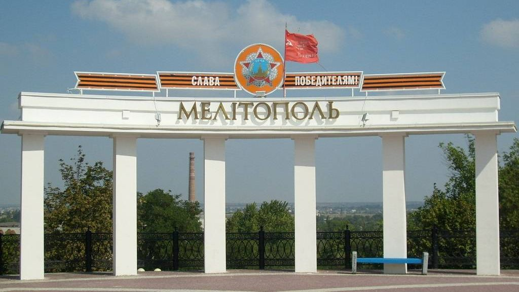 Колоннада на площади Победы (позже георгиевская лента и звезда были убраны, в связи с законом о декомунизации, вместо ленты появилось изображение украинского флага, сейчас же и его убрали, теперь Арка победы просто белая)