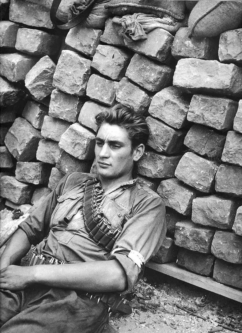 Робер Дуано. Участник французского Сопротивления отдыхает, Париж. 1944