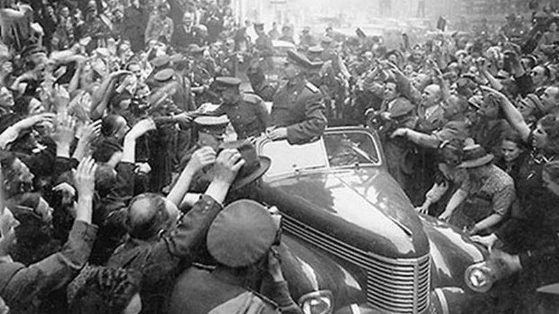 Жители Праги встречают Маршала Конева. 1945