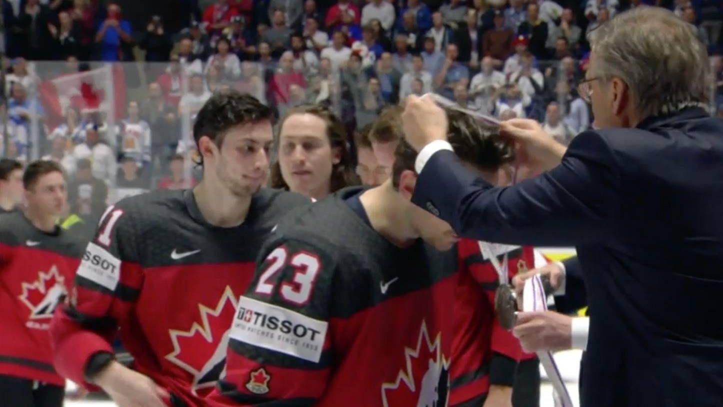 Канадцы получают серебряные медали