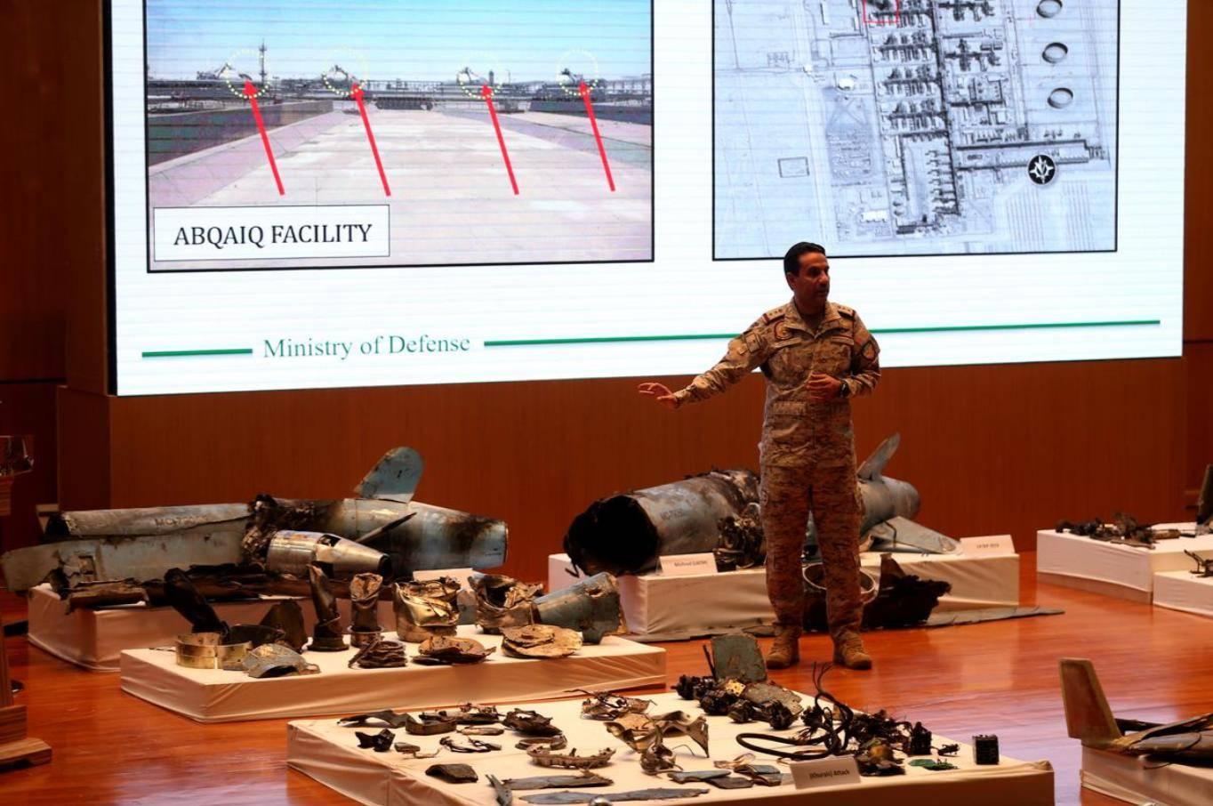 Пресс-секретарь министерства обороны Саудовской Аравии полковник Турки аль-Малик демонстрирует фрагменты средств воздушного нападения, которыми, по его словам, были атакованы объекты Saudi Aramco, пресс-конференция в Эр-Рияде