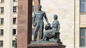 Скульптура «Молодежь в науке»