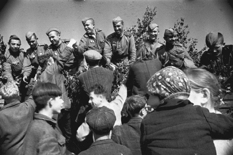 Население освобожденных районов Латвии встречает воинов Красной Армии. 1944 год.